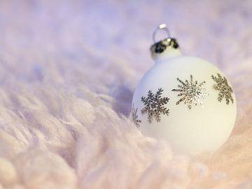 Kerstbal op pluizige vacht van Achim Prill