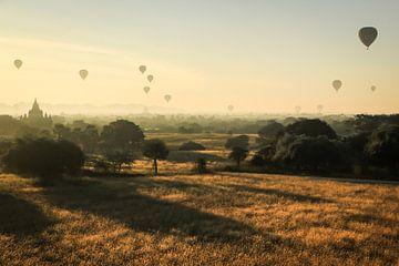 Magische ochtenden in Bagan (Myanmar) van Jesper Boot
