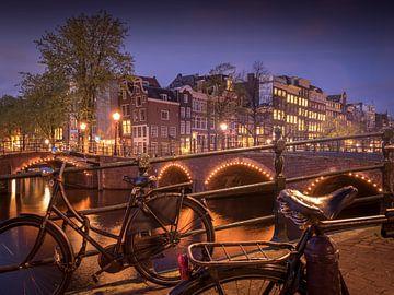 Fietsen op de gracht in Amsterdam van Christoph Walter