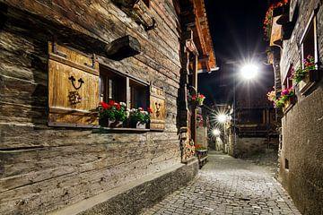 Geraniums in de nacht in de straten van Grimentz van