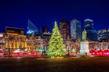 Kerstboom op het plein in Den Haag van Roy Poots