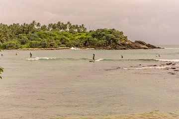 Surfen op het water bij in Sri Lanka van Nicole Nagtegaal