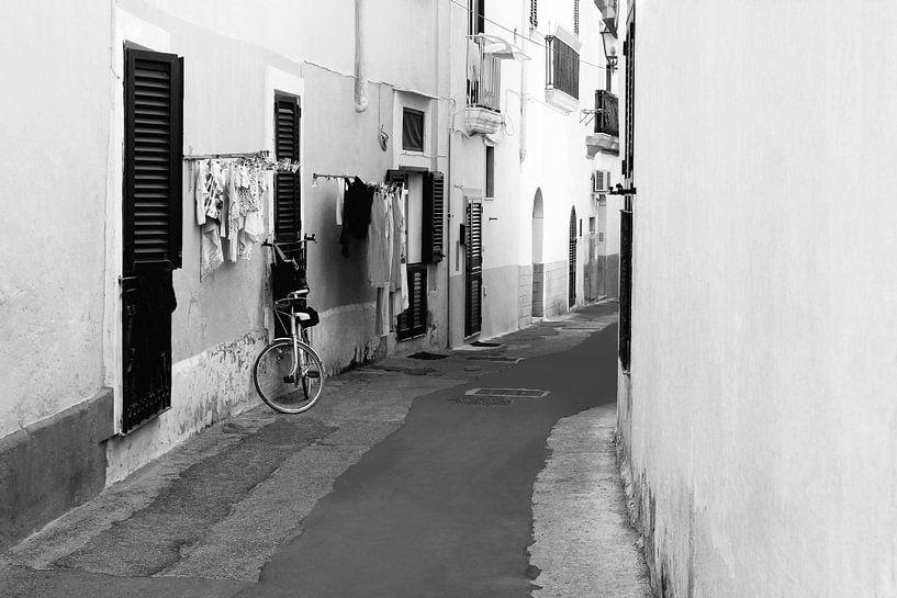 Italienische Gasse Apulien von Inge Hogenbijl