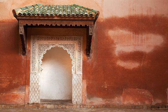 Rode muur van Dani van Oeffelen