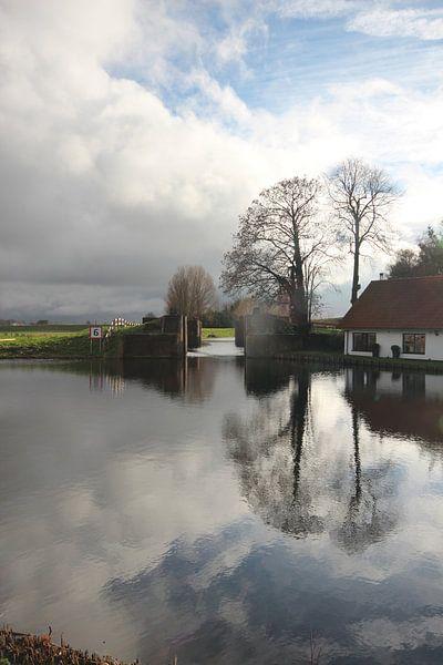 Oude snelle sluis met weerspiegeling in het water van André Muller