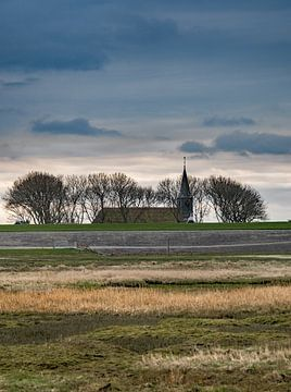 De waddendijk bij Paesens Moddergat met kerktoren van