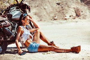 Sexy Fotomodell mit Motorrad