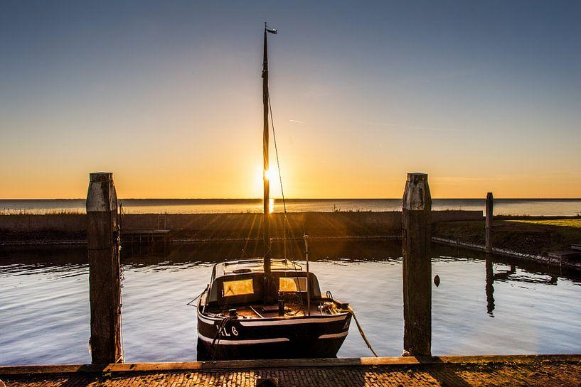Zonsondergang in de haven van Laaxum, Friesland. van Harrie Muis