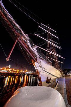 Historisch zeilschip in de haven van Harlingen aan de kade van Fotografiecor .nl
