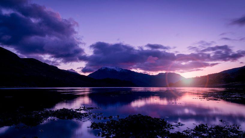 der Sonnenuntergang zwischen den Bergen im schottischen Hochland von Studio de Waay