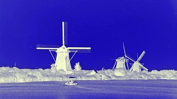 Witte molens in een blauw landschap. van Ineke de Rijk