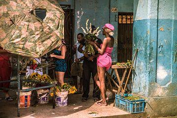 Bloemenmeisje in Havana van Natascha Friesen Baggen