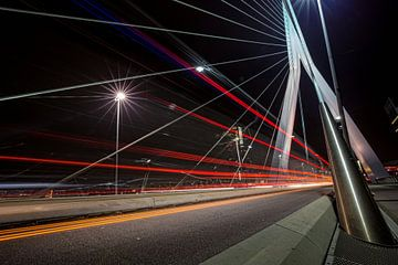 Op de Erasmusbrug - Rotterdam van Tom Roeleveld