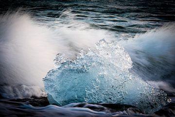 Aangespoelde ijsschots op de kust van IJsland van