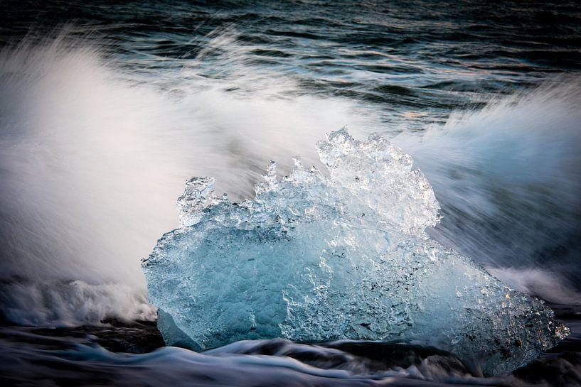 Aangespoelde ijsschots op de kust van IJsland van Marcel Alsemgeest