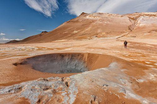 Buitenaards IJsland met kraters en aardse warmte
