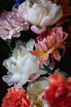 Bloemen in stilleven met anjers en pioenen van Moniek Kuipers