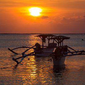 Traditionele Balinese boten (Jukung) bij zonsondergang op Bali Indonesië van Willem Vernes