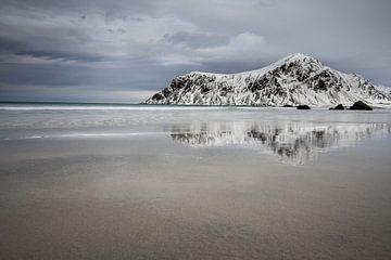 Reflectie bij Skagsanden Beach van Julia Schellig