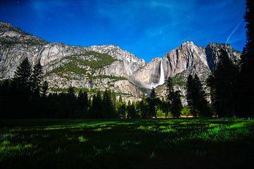 Volle maan bij Upper Yosemite Waterfall van Leo Schindzielorz