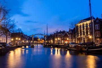 Schiedam in de avonduren, met zicht op de boten en kanaal van Henk Hulshof
