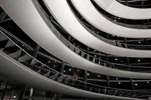La nuit dans le dôme du Reichstag à Berlin