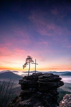 Vor dem Sonnenaufgang auf einem Felsen mit Kreuz und Baum von Fotos by Jan Wehnert
