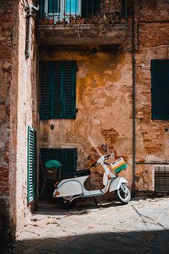 Scooter in de Italiaanse straatjes van Dayenne van Peperstraten