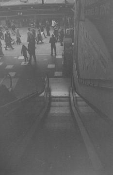 Stedelijke roltrap in zwart wit van Melvin Meijer