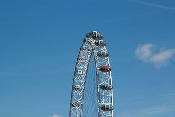 London Eye met strak blauwe lucht. van Maurice Welling
