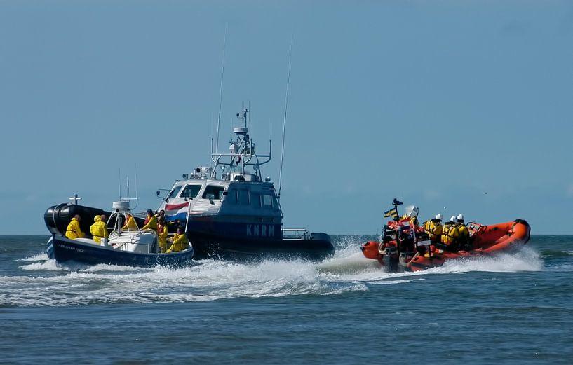 De KNRM boot in volle actie op Zee. van Brian Morgan