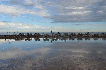Verlaten ligbedden op het strand bij ondergaande zon van Ingrid Bargeman