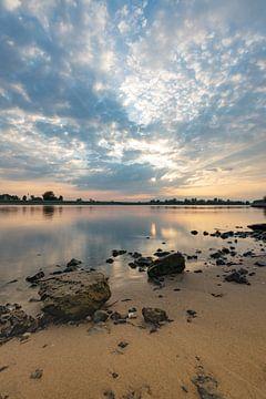 als de zon ondergaat aan de rivier de IJssel van Michel Knikker