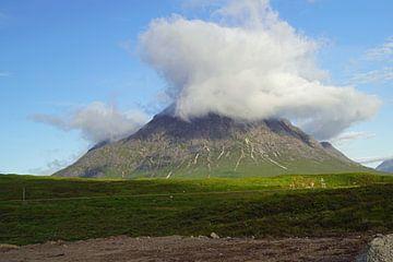 Mistwafels over de berg in Glen Coe in Schotland. van Babetts Bildergalerie
