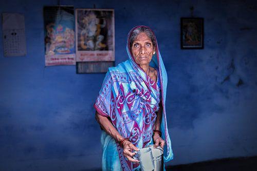 Indiaanse vrouw in een blauwe sari tegen een blauwe achtergrond in Varanasi India von Wout Kok