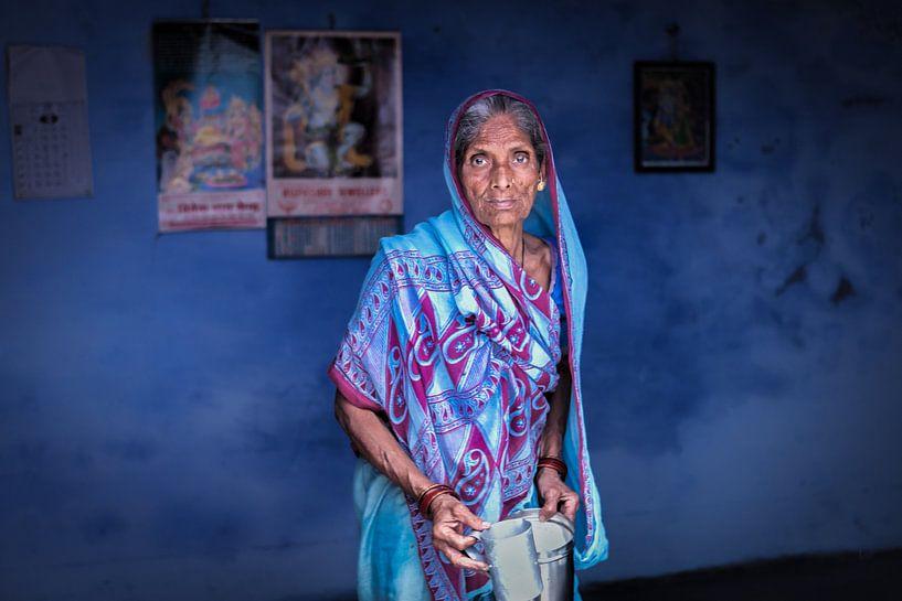 Indiaanse vrouw in een blauwe sari tegen een blauwe achtergrond in Varanasi India van Wout Kok