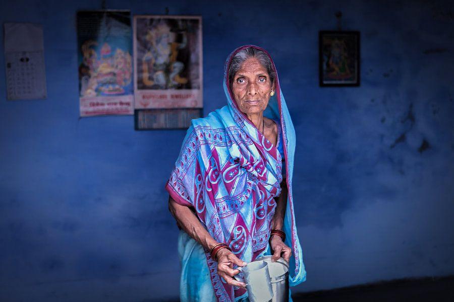 Indiaanse vrouw in een blauwe sari tegen een blauwe achtergrond in Varanasi India