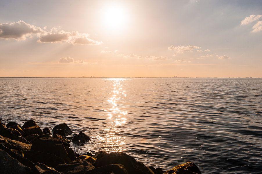 A shoreline in the sunset van Brian Morgan