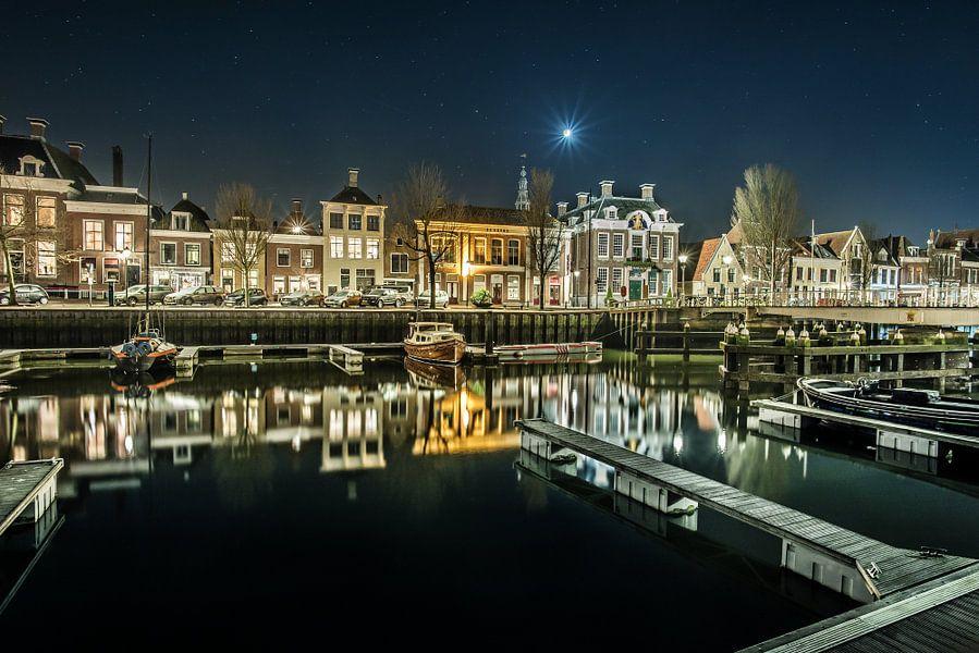 Nachtopname van de binnenhaven van Harlingen