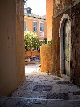 Kat is een steegje van Corfu Town van Teun Janssen