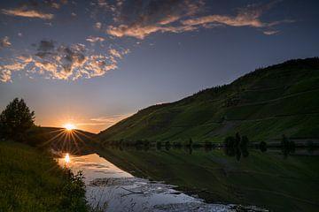 Zonsondergang aan de oever van de Moezel van Alexander Ludwig