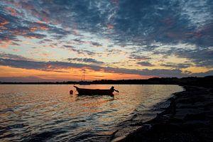Kleurige zonsondergang boven rustige baai van