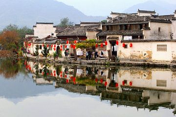 Rustiek waterdorp in spiegelbeeld, China van Inge Hogenbijl
