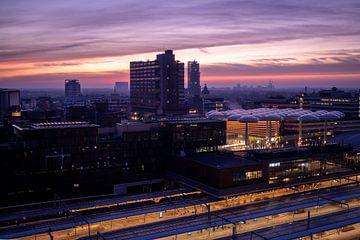 Paarse gloed tijdens zonsopgang over de stad van Jay Vervoort