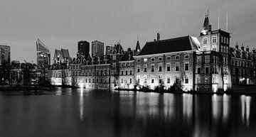 Den Haag Hofvijver in de avond zwart wit van Marjolein van Middelkoop