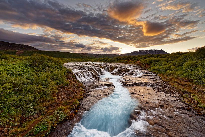 Wasserfall in wilder Landschaft nach Sonnenuntergang von Ralf Lehmann