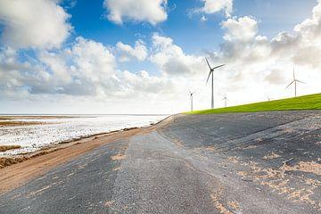 Windmolens aan de Waddenzeedijk bij de Eemshaven in Groningen van Evert Jan Luchies