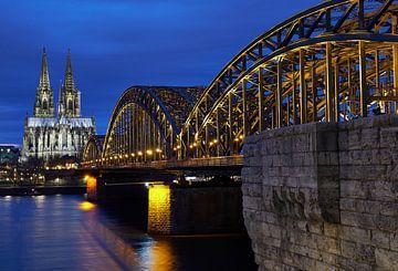 De Dom van Keulen en de Hohenzollernbrug bij nacht. van 77pixels