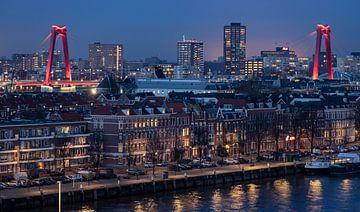 De Willemsbrug in Rotterdam tijdens het blauwe uurtje. van Claudio Duarte
