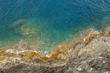 De uitnodigende azuurblauwe kleuren van de Italiaanse zee bij Cinque Terre van Renske Breur